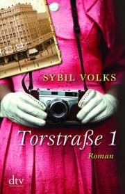 Sybil Volks: Torstraße 1. 400 Seiten. Deutscher Tachenbuch Verlag. 2012.